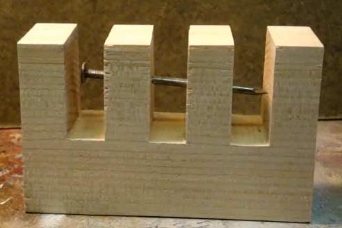 Hřebík v kusu dřeva